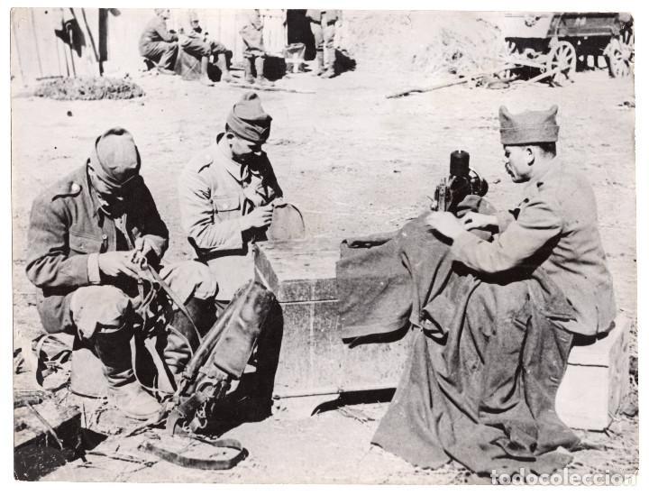 FOTOGRAFÍA ARTESANOS RUMANOS EN EL SERVICIO MILITAR REPARANDO EN EL FRENTE - OBIS FOTO . 24X18,5CM (Militar - Fotografía Militar - II Guerra Mundial)