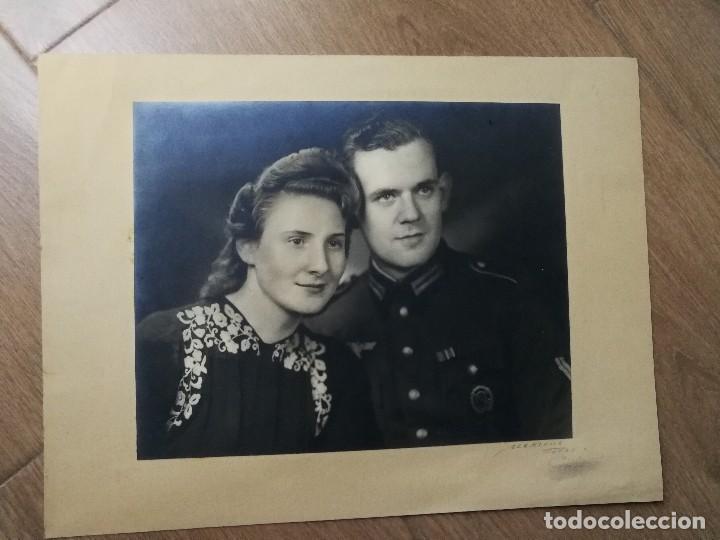 FOTOGRAFÍA SOLDADO ALEMÁN Y SU MUJER. II SEGUNDA GUERRA MUNDIAL. WWII. 31 X 41 CM. (Militar - Fotografía Militar - II Guerra Mundial)