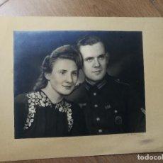 Militaria: FOTOGRAFÍA SOLDADO ALEMÁN Y SU MUJER. II SEGUNDA GUERRA MUNDIAL. WWII. 31 X 41 CM.. Lote 115577523
