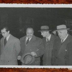 Militaria: CARLISMO, FOTOGRAFIA DE D. JAVIER DE BORBON PARMA ACOMPAÑADO EN LA ESTACION DE RENFE DE MADRID, ESCR. Lote 115699831