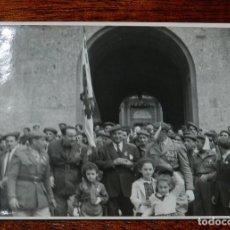 Militaria: CARLISMO, FOTOGRAFIA DE CARLISTAS, REQUETES EN MONTSERRAT, AÑOS 50/60, MIDE 11,5 X 8,5 CMS.. Lote 115712507