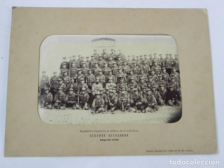 Militaria: FOTOGRAFIA ALBUMINA 1893 REGIMIENTO CAZADORES DE ALBUERA 16 DE CABALLERIA, SEGUNDO ESCUADRON, LOGRO - Foto 2 - 116426855