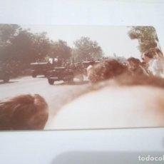 Militaria: FOTO ANTIGUA MILITAR DESFILE EN SEVILLA . KODAK COLOR. Lote 116722515