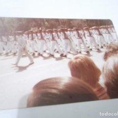 Militaria: FOTO ANTIGUA MILITAR DESFILE EN SEVILLA . KODAK COLOR. Lote 116722667