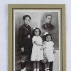 Militaria: FOTOGRAFIA DE NIÑO CON UNIFORME DE LA FALANGE, FOTO E. MAESTRO, MADRID, MIDE 15,5 X 10,5 CMS.. Lote 118149383