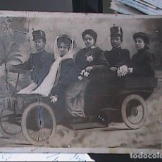 Militaria: FOTOGRAFIA MILITARES Y FAMILIA SOBRE DECORADO SIMULANDO UN VEHICULO. 1909.BARCELONA.. Lote 118702647
