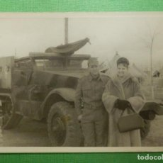 Militaria: FOTOGRAFÍA MILITAR - 7,5 CM. X 10,5 CM. - MILITAR CON CARRO DE COMBATE- TANQUE, VEHÍCULO Y SEÑORA -. Lote 118747139