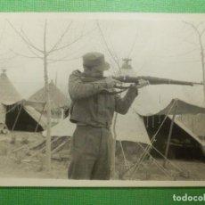 Militaria: FOTOGRAFÍA MILITAR - 7,5 CM. X 10,5 CM. - MILITAR EN FUSIL . Lote 118747755