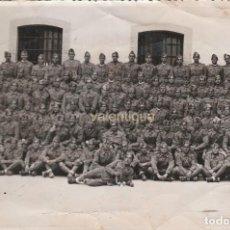 Militaria: IMPRESIONANTE FOTOGRAFÍA. REGIMIENTO MILITAR DEL EJERCITO ESPAÑOL POSANDO ANTE LA CÁMARA. AÑOS 40-50. Lote 118812047