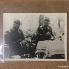 Militaria: FOTOGRAFÍA DE FRANCISCO FRANCO COMIENDO - ÚNICA. Lote 118891820