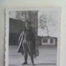 Militaria: GUERRA CIVIL : FOTO DE MILITAR CON CURIOSA CAPA HECHA CON UNA MANTA . GRANADA, 1938. Lote 119292787