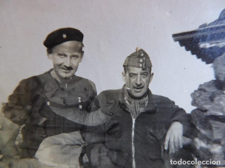 FOTOGRAFÍA CAPITÁN Y ALFÉREZ DEL EJÉRCITO NACIONAL. CUESTA DE LA REINA 1938 (Militar - Fotografía Militar - Guerra Civil Española)