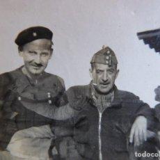 Militaria: FOTOGRAFÍA CAPITÁN Y ALFÉREZ DEL EJÉRCITO NACIONAL. CUESTA DE LA REINA 1938. Lote 119307799