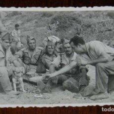 Militaria: FOTOGRAFIA DE GRUPO DE LEGIONARIOS, LEGION, POSIBLEMENTE EN EL SAHARA ESPAÑOL, AÑOS 40, MIDE 11 X . Lote 121359943