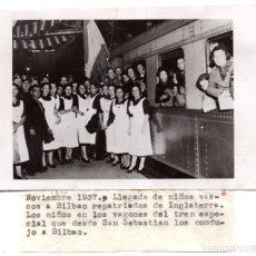 Militaria: NOVIEMBRE DE 1937 LLEGADA DE NIÑOS VASCOS A BILBAO REPATRIADOS A INGLATERRA. FOTO DELESPRO. Lote 122206807