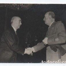 Militaria: (ALB-TC-35) FOTOGRAFIA ORIGINAL FRANCO SALUDANDO DESCONOCEMOS A QUIEN. Lote 123963507