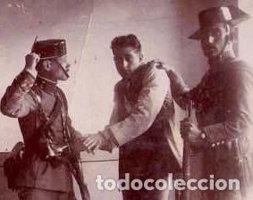 Militaria: GUARDIA CIVIL,FOTOGRAFIA AÑO 1900 APROX. AGENTE CON DETENIDO-DELINCUENTE,FUSIL,TRICORNIO Y PISTOLA - Foto 3 - 33669679