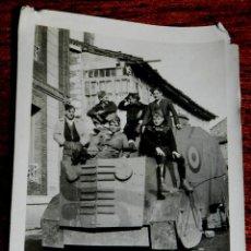 Militaria: FOTOGRAFIA EN LA ROBLA (LEON) GUERRA CIVIL, 1937 SOBRE VEHICULO BLINDADO MIDE 8,9 X 6 CMS., . Lote 124605155