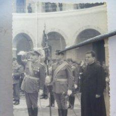 Militaria: FOTO DE TENIENTE CORONEL CON SABLE Y TENIENTE ABANDERADO CON PATER EN ACTO . CEUTA. Lote 125869615