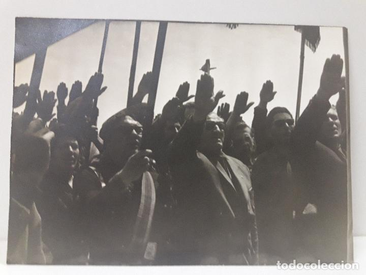 FOTOGRAFIA DE FALANGISTAS SALUDANDO (Militar - Fotografía Militar - Otros)