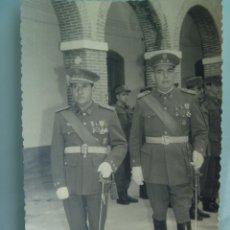 Militaria: FOTO DE TENIENTE CORONEL CON SABLE Y CORONEL DE AUTOMOVILISMO . CEUTA. Lote 126145191