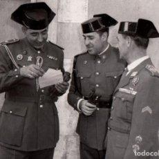 Militaria: LAUREADO TTE. GRAL. SERRA CON DOS OFICIALES GUARDIA CIVIL, IMPRESIÓN ACTUAL RARA FOTO FAMILIAR - CLC. Lote 126203031