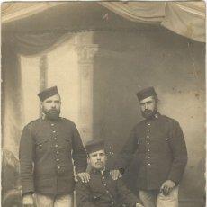 Militaria: FOTOGRAFÍA MILITAR - TRES SOLDADOS - ÉPOCA ALFONSINA. Lote 126993531