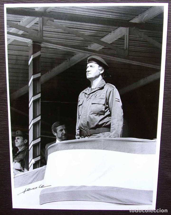 FOTO ORIGINAL DEL REY JUAN CARLOS I. BASE MILITAR DE CASTRILLO DEL VAL. BURGOS. AÑO: 1990. (Militar - Fotografía Militar - Otros)