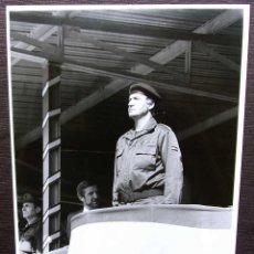 Militaria: FOTO ORIGINAL DEL REY JUAN CARLOS I. BASE MILITAR DE CASTRILLO DEL VAL. BURGOS. AÑO: 1990.. Lote 128019571