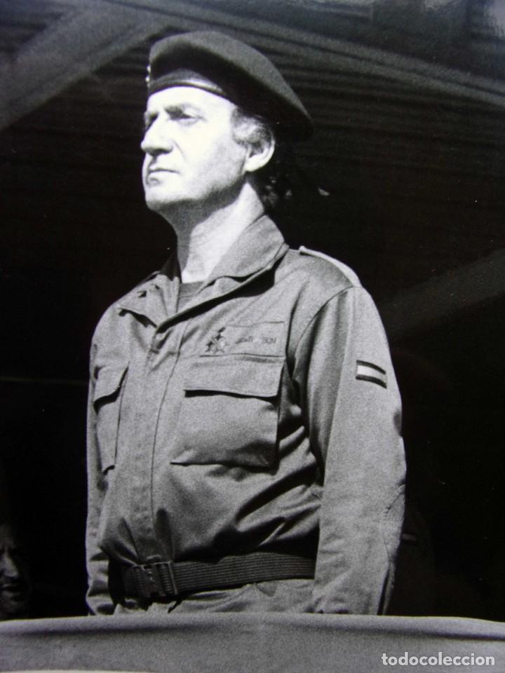 Militaria: FOTO ORIGINAL DEL REY JUAN CARLOS I. BASE MILITAR DE CASTRILLO DEL VAL. BURGOS. AÑO: 1990. - Foto 2 - 128019571