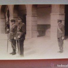 Militaria: FOTO DE TENIENTE CORONEL Y OFICIALES, CON SABLE. REGIMIENTO DE INGENIEROS. CEUTA. Lote 128613999