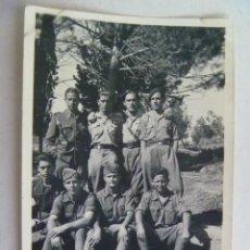Militaria: GUERRA CIVIL : FOTO DE ALFEREZ PROVISIONAL CON SOLDADOS DE SANIDAD MILITAR. Lote 129355235