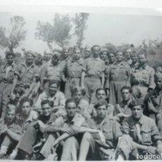 Militaria: FOTOGRAFIA ORIGINAL SOLDADOS NACIONALES ARTILLERÍA. GUERRA CIVIL. ALGUNOS BOINA. REQUETES? 9X6 CMS. Lote 129527695