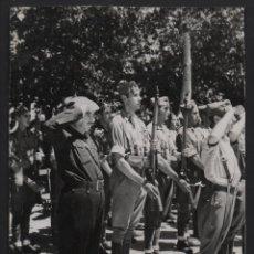 Militaria: ORENSE, JOSE Mª PEMAN, ALFEREZ PROVISIONAL CON SUS COMPAÑEROS,JURARON BANDERA. MIDE:15 X 11 C.M. VER. Lote 130118755