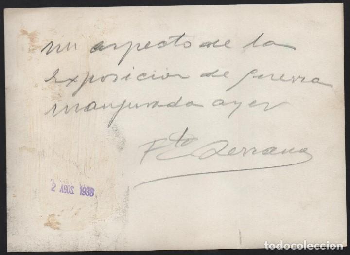Militaria: FOTO SERRANO, EXPOSICION DE GUERRA INAGURADA AYER, 2 AGOSTO 1938, REVERSO. DE SERRANO,MIDE:17,50 X12 - Foto 2 - 130119027