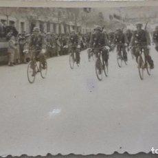 Militaria: ANTIGUA FOTOGRAFIA.DESFILE DIA DE LA VICTORIA.AVENIDA RECONQUISTA.TOLEDO 1948. Lote 131217540