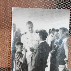 Militaria: FOTOGRAFÍA PRÍNCIPE JUAN CARLOS, UNIFORME DE MARINA. 10,2X7,5 CM.. Lote 131381058