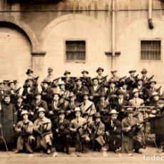 Militaria: GRAN FOTOGRAFIA ORIGINAL GRUPO DE CIVILES ARMADOS FUSIL-CARABINA MAUSER,EPOCA GUERRA DE AFRICA-CUBA,. Lote 131584957