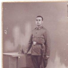 Militaria: FOTO ESTUDIO BARCELONA SOLDADO INFANTERIA O CARABINERO REPUBLICA, GUERRA CIVIL. Lote 131643822