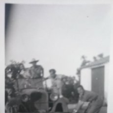 Militaria: CURIOSA FOTO ANTIGUA. SOLDADOS NACIONALES BROMEANDO CON UN COMPAÑERO O CON UN CADÁVER. 7X4,5. Lote 131969726