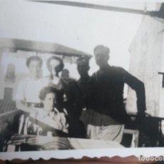 Militaria: FOTO ANTIGUA DE OFICIALES CON SEÑORITAS. LOS UNIFORMES ESTÁN EN SOMBRAS. Lote 131969850