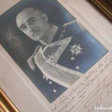 Militaria: FOTOGRAFIA ENMARCADA DEL CAUDILLO GENERALISIMO FRANCO DEDICADA A UN COMPAÑERO DE ACADEMIA. ANO 1944.. Lote 132047222
