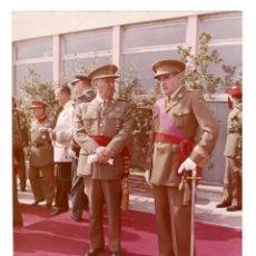 Militaria: FRANCO CON MUÑOZ GRADES AEROPUERTO NACIONAL DE BARCELONA 1 OCT. 1962.- FOTO GALLÉS. 25,5 X 20,5 CM. Lote 132153858