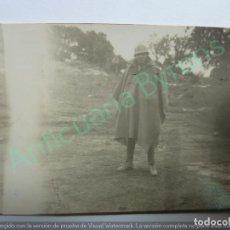 Militaria: FOTOGRAFÍA ORIGINAL. SOLDADO CON CAPOTE MANTA. GUERRA CIVIL. (8,5 X 6 CM). Lote 133537606