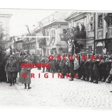 Militaria: ADOLF HITLER EN UNA CIUDAD ALEMANA - FOTO DE PRENSA. Lote 133587658
