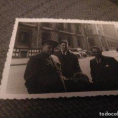 Militaria: FOTO DE UN MILITAR EN LA CALLE, BILBAO AÑOS 50. Lote 133676926