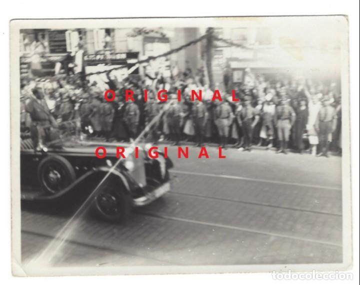 HITLER EN DESFILE POR CIUDAD ALEMANA (Militar - Fotografía Militar - II Guerra Mundial)