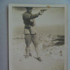 Militaria: GUERRA CIVIL : FOTO DE MILITAR DISPARANDO CON PISTOLA . POZOBLANCO, 1938. Lote 134196658