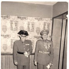 Militaria: FOTOGRAFÍA MILITAR CONDECORADO VIEJA GUARDIA, COLECTIVA, GUARDIA CIVIL CON MARIA CRISTINA 18 X 12. Lote 134818758