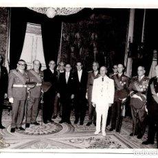 Militaria: FOTOGRAFIA FRANCO CON GENERALES DETRAS NOMBRE DE TODOS 13,5 X 18 CM. Lote 134821754